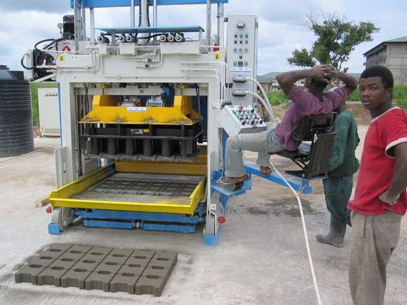 Movable concrete block making machine SUMAB - E 6 - Available in French!