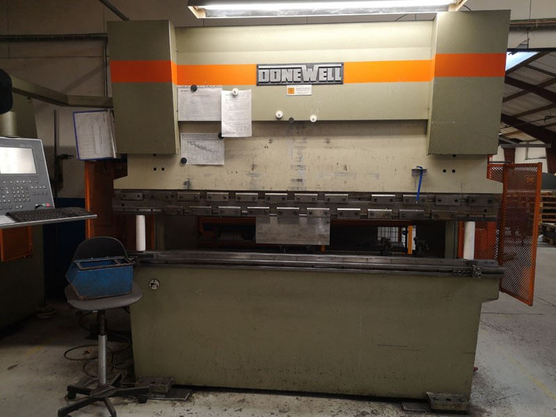 Donewell press brake  - H 110 ton x 2500 mm